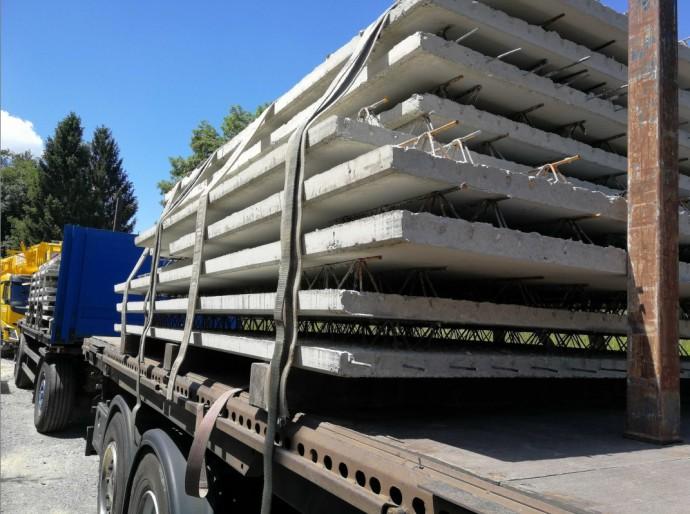 Betonplatten auf LKW