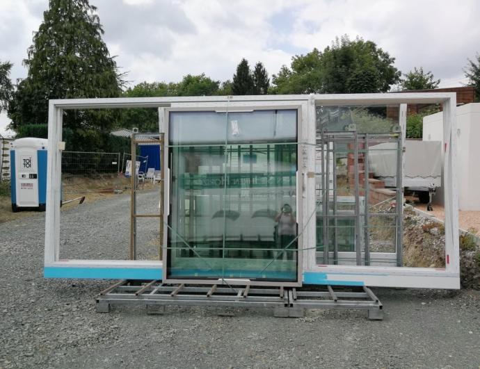 Fenster stehen in der Einfahrt
